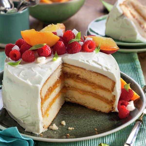 Layer cake con frutas y mermelada de melocotón