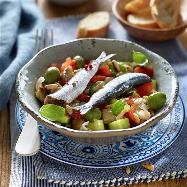 Ensalada caponata con sardinas marinadas