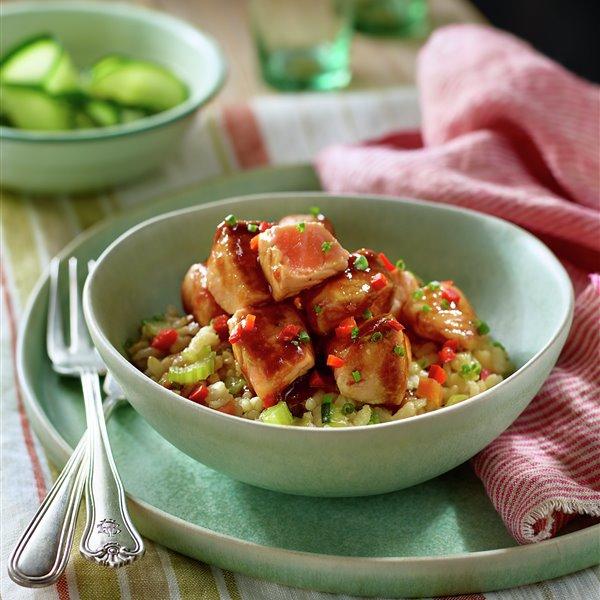 Lomo de salmón teriyaki con salteado de arroz y verduras
