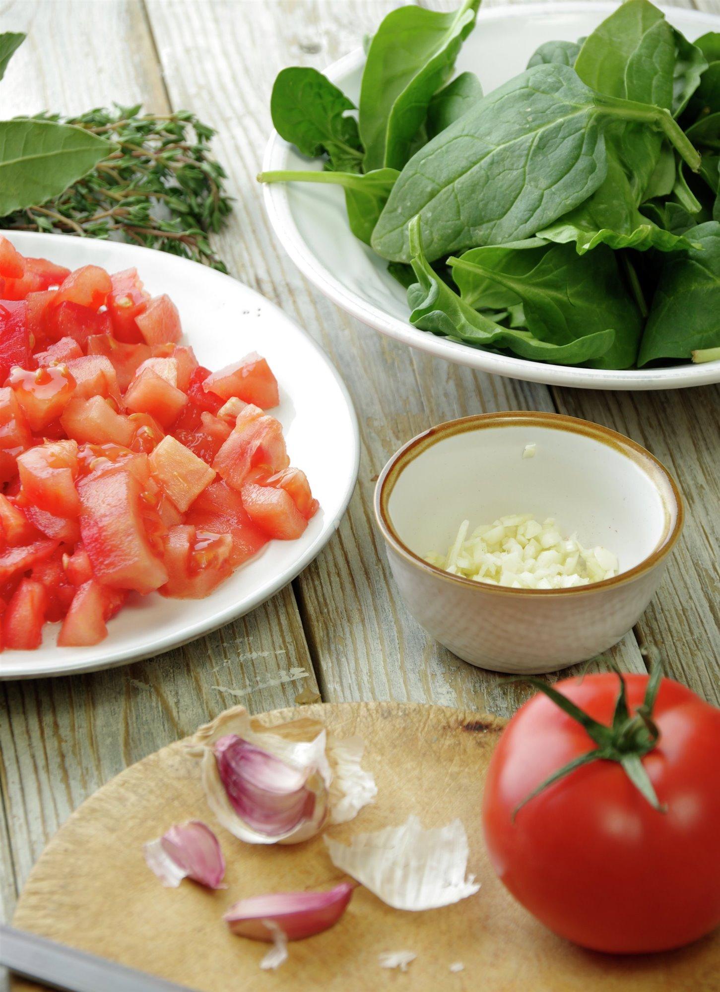 1. Prepara el ajo y el tomate