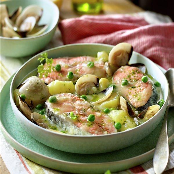 Rodajas de salmón guisadas con patatas, guisantes y almejas