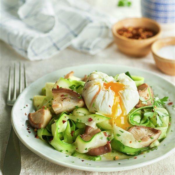 Tallarines de calabacín con shiitake y huevo