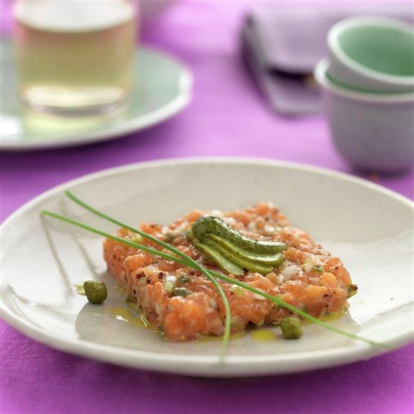 Tartar de salmón fresco con encurtidos