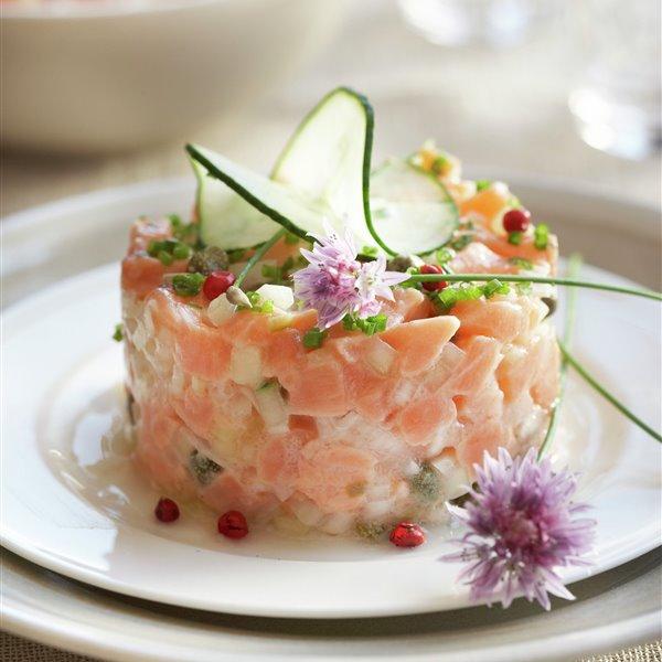 Tartar de salmón con pepinos y alcaparras