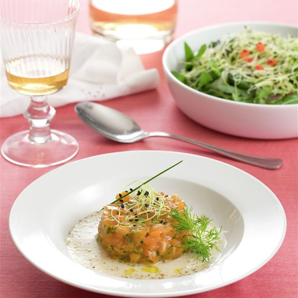 Tartar de salmón con sopita de puerros