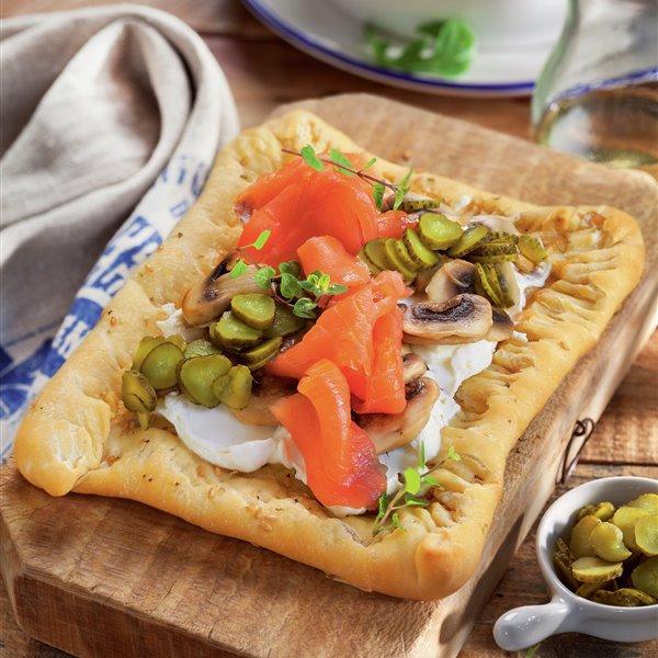 Pizza con salmón y el borde relleno
