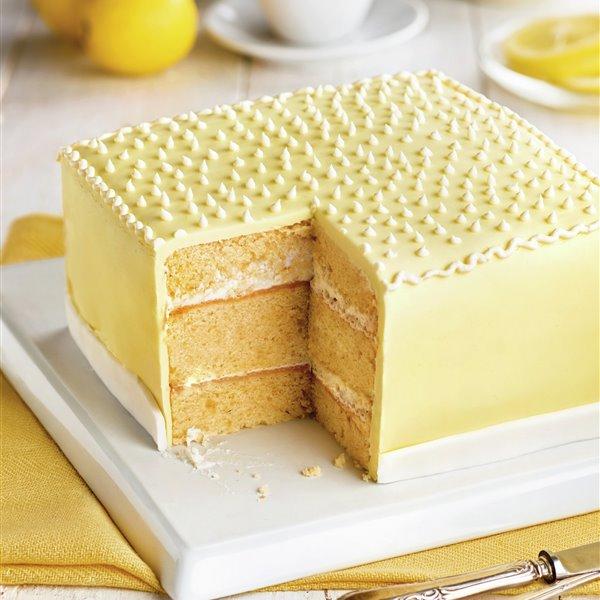 Pastel cuadrado de limón con fondant amarillo