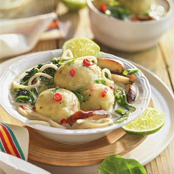 Balls de pescado con sopa de fideos udon, shiitake y espinacas