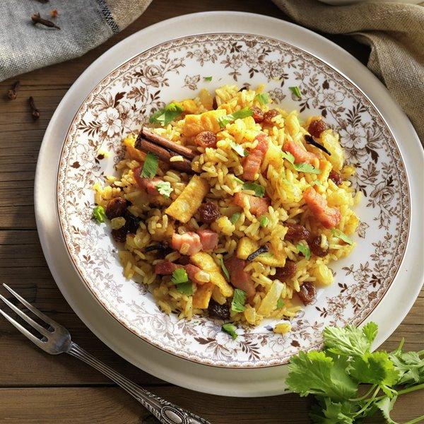 Arroz al curry frito, con tortilla y panceta