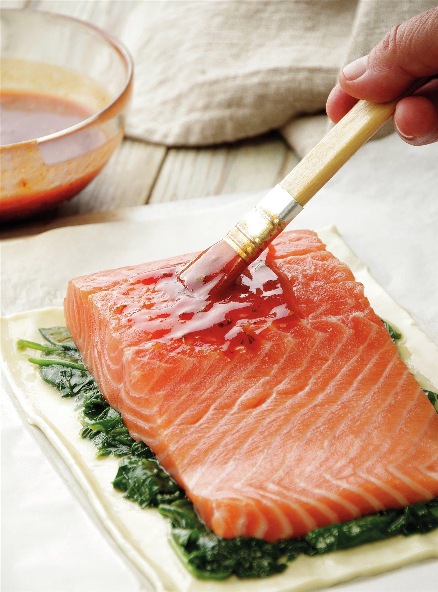 5. Pincela el salmón