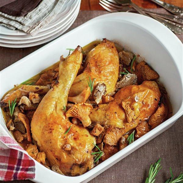 Muslos de pollo al horno con rebozuelos y setas de cardo