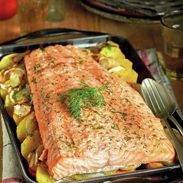 Salmón al horno con boniato, patata y cebolla