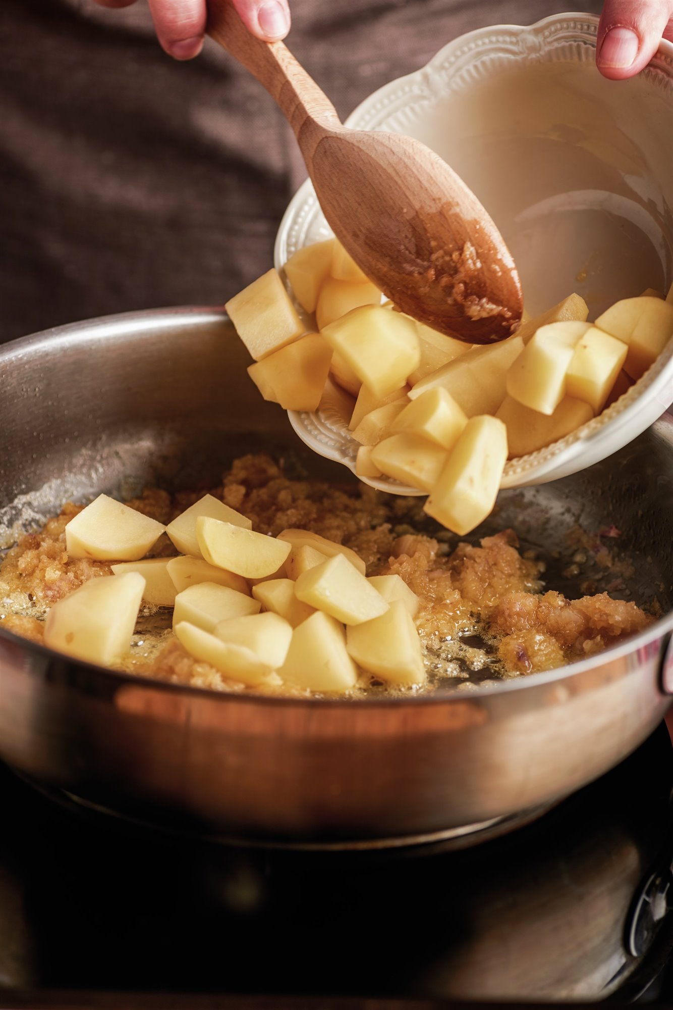 1. Incorpora las patatas