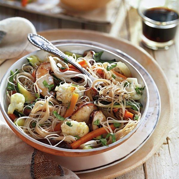 Salteado de fideos de arroz con coliflor y setas shiitake