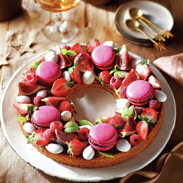 Corona de bizcocho con confitura, macarons y fruta