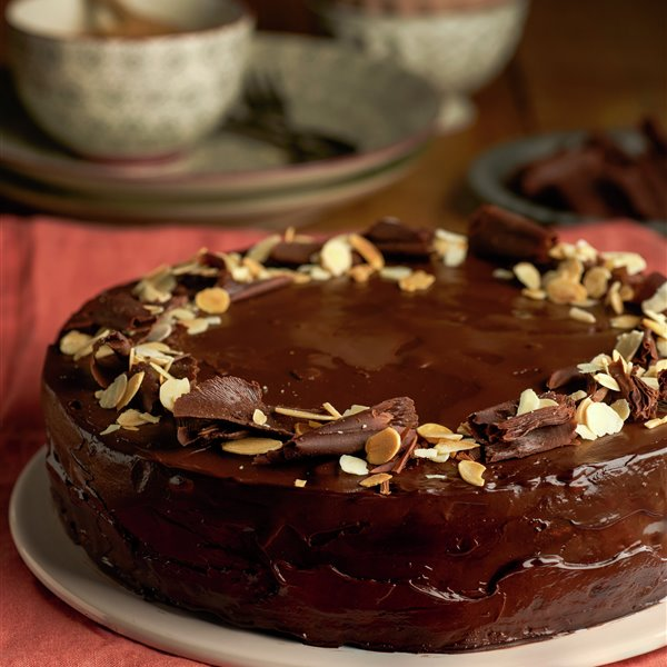 Tarta brillante de chocolate con galletas y nueces