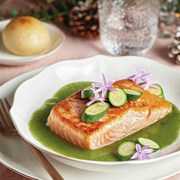 Lomo de salmón con salsa verde y verduritas