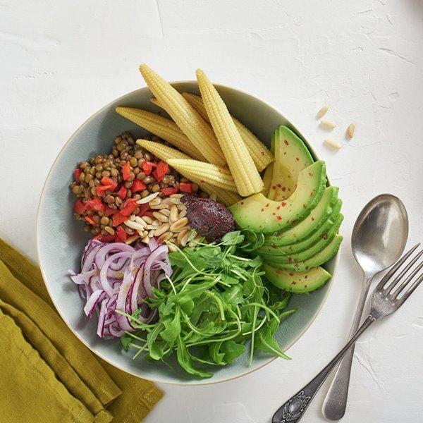 Ensalada de lentejas, aguacate, rúcula y maíz