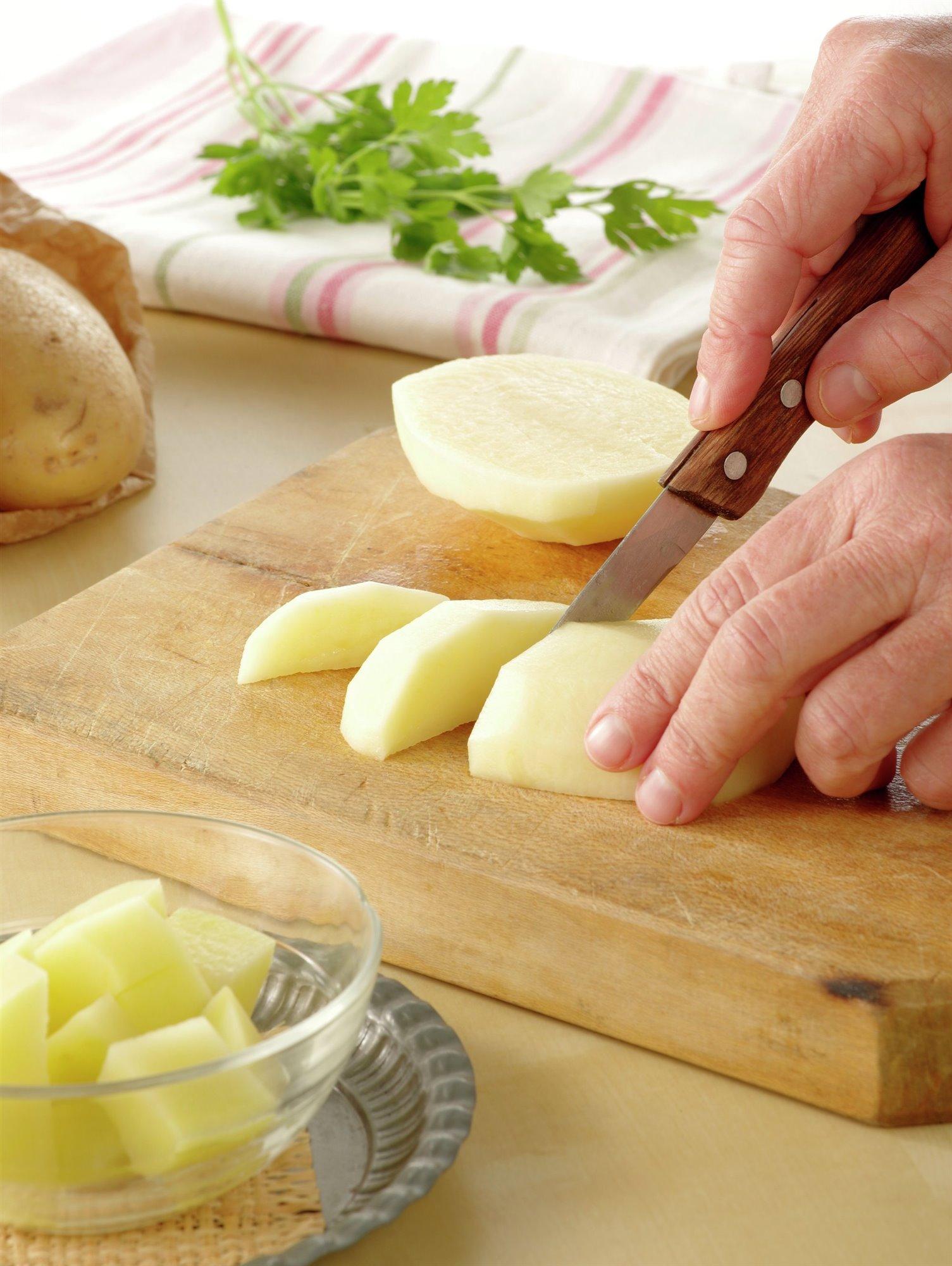 1. Corta y cuece las patatas