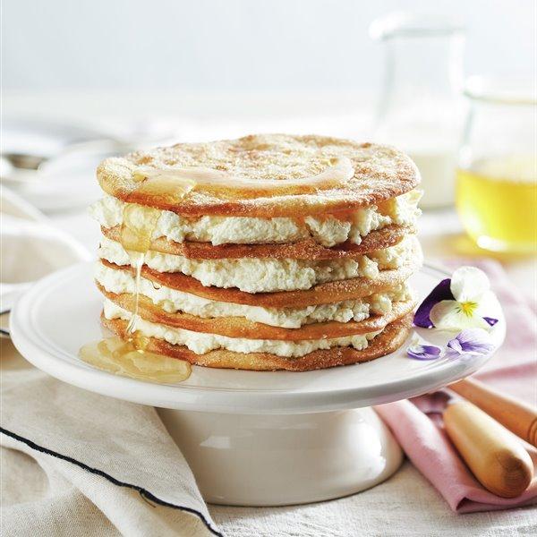 Milhojas de tortitas crujientes con requesón y miel