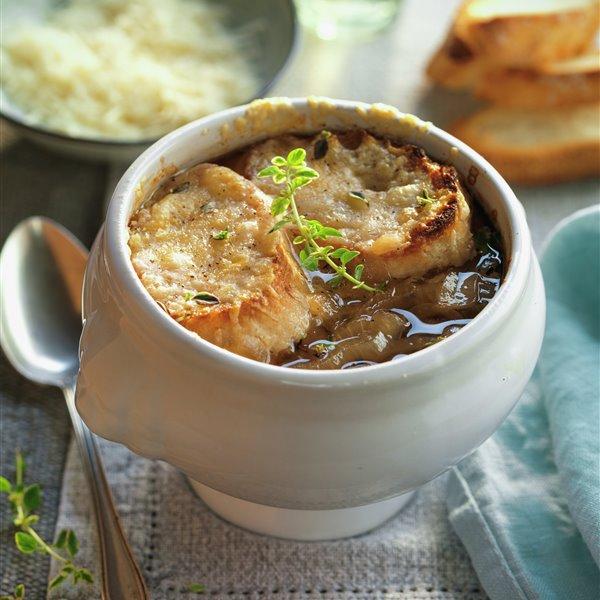 Sopa clásica de cebolla gratinada al horno