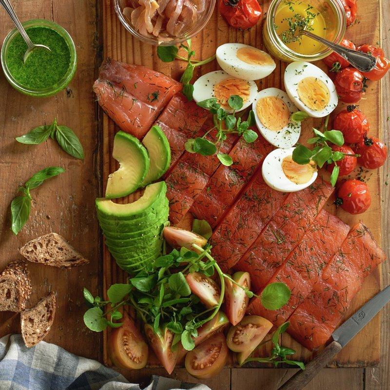 ensalada_de_tomates_mozzarella_y_rucula_y_ensalada_de_salmon_aguacate_y_huevo_duro
