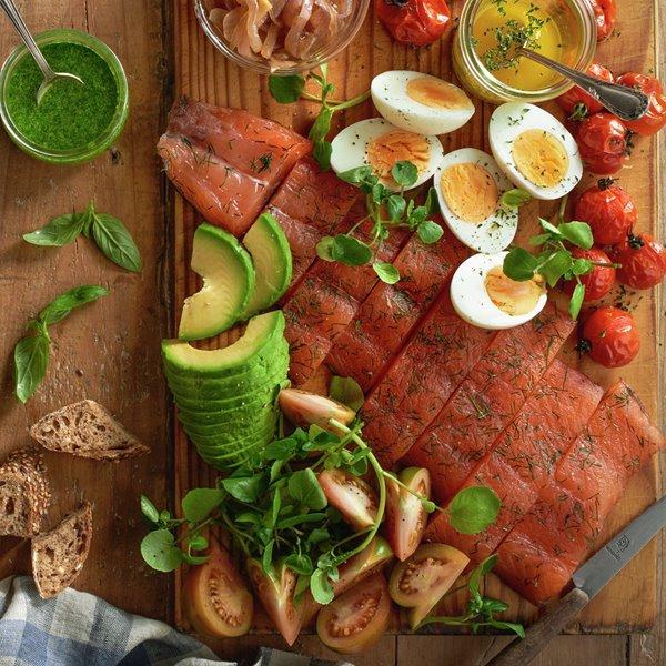 Ensalada de salmón, aguacate y huevo duro