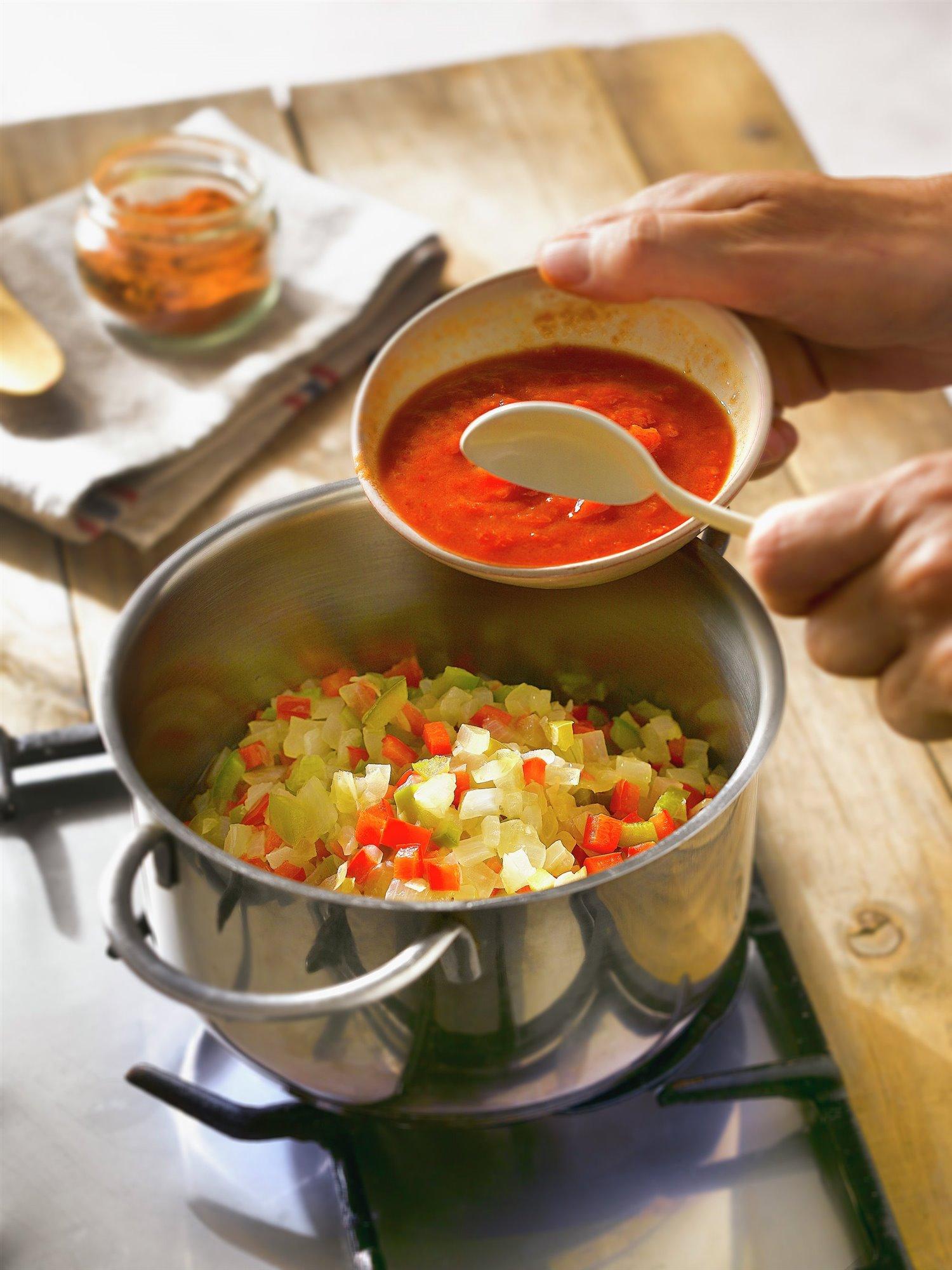 5. Añade el atún y el tomate