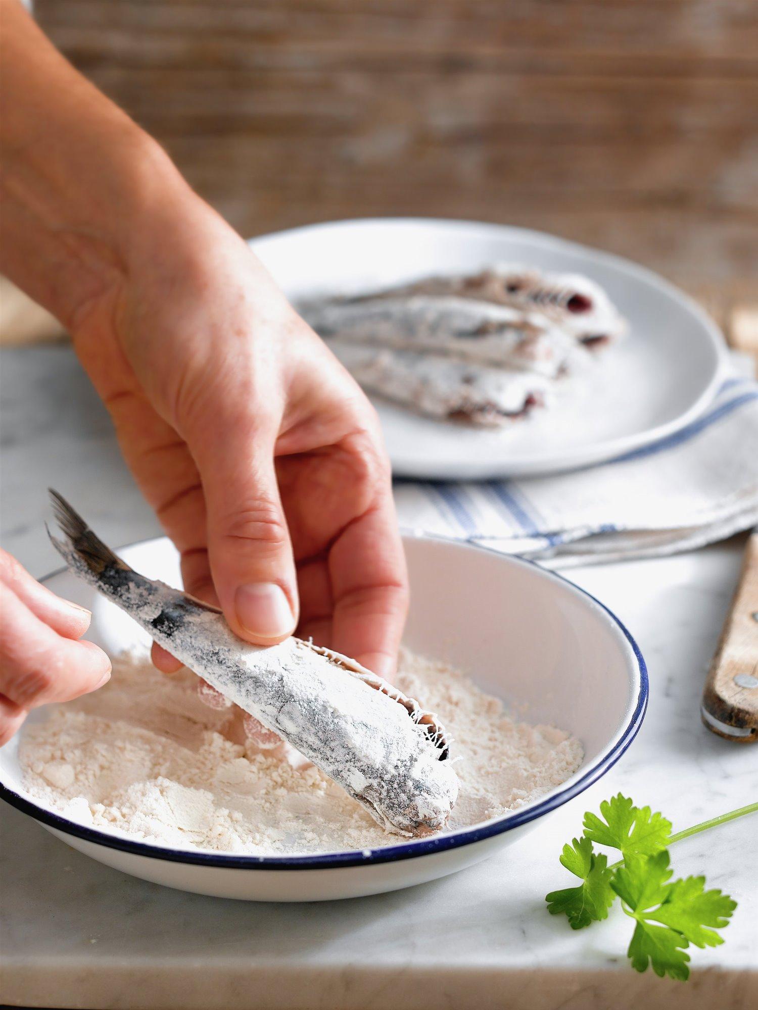 2. Enharina el pescado