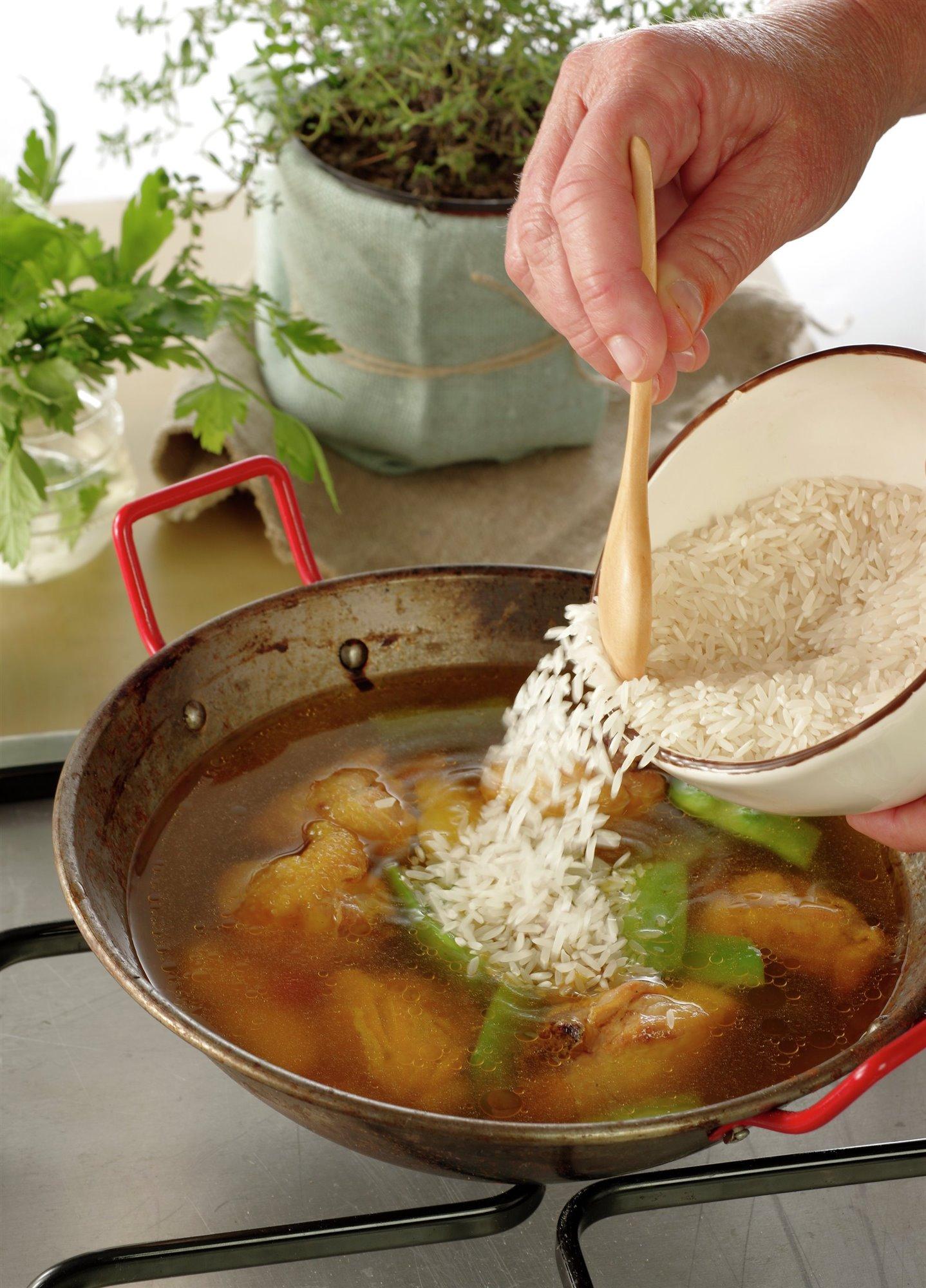 6. Añade el arroz y el agua