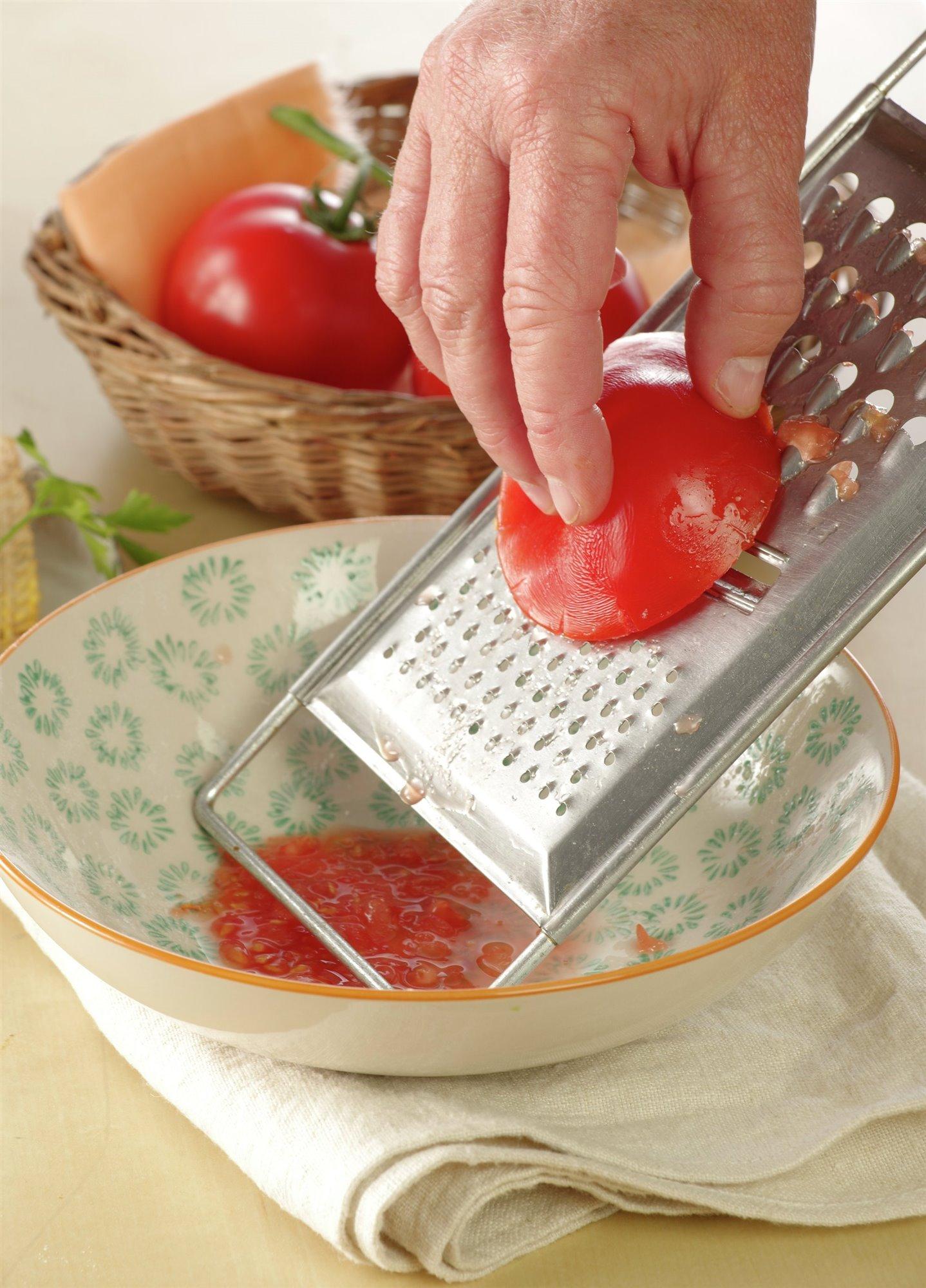 1. Prepara el pimiento y el tomate