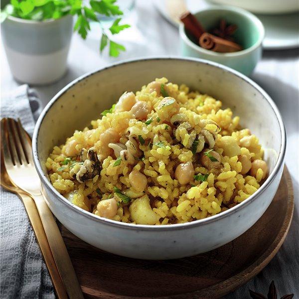 Arroz al curry con garbanzos y sepia