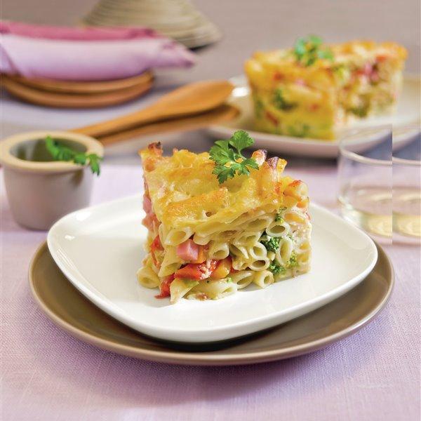 Macarrones gratinados al horno con queso y brócoli