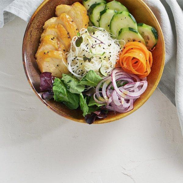 Buddha bowl de pollo, fideos de arroz y hortalizas