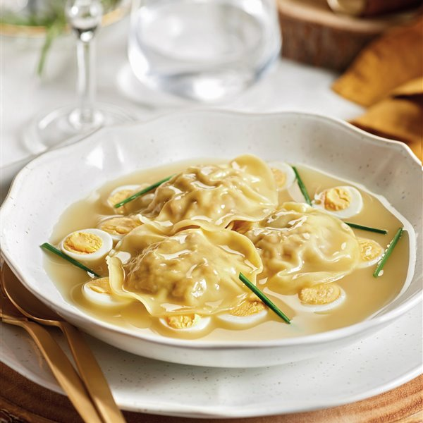 Sopa de raviolis caseros con huevo