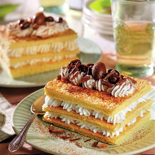Milhojas de bizcocho con nata
