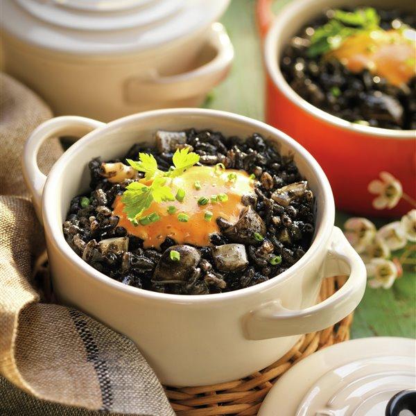 Cazuelitas de arroz negro con alioli de piquillos