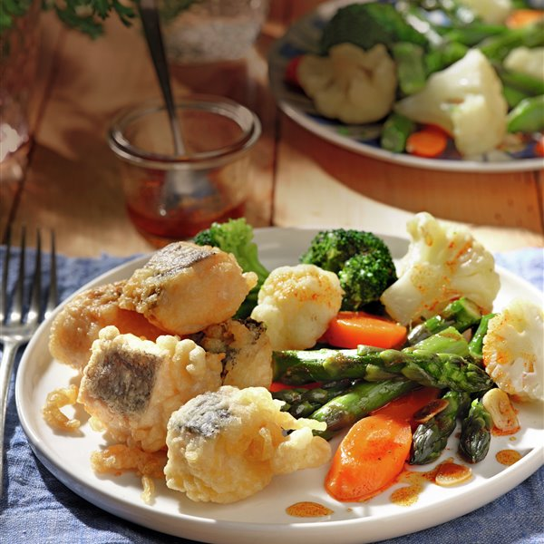 Merluza en tempura con menestra de verdura