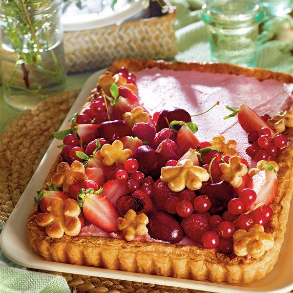 Tarta de hojaldre con frambuesas, cerezas, fresas y grosellas