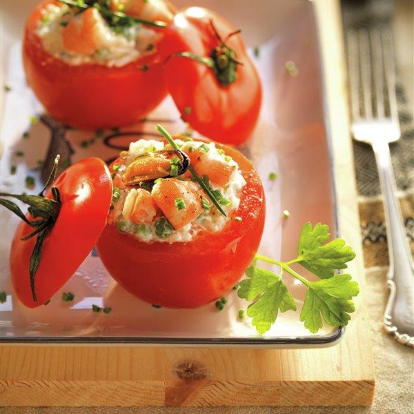 Tomates rellenos de ensaladilla de arroz y gambas