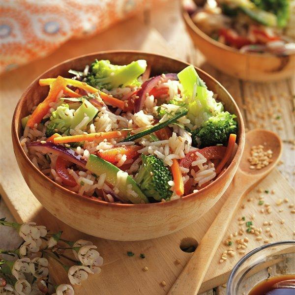Wok de arroz basmati con verduras y sésamo