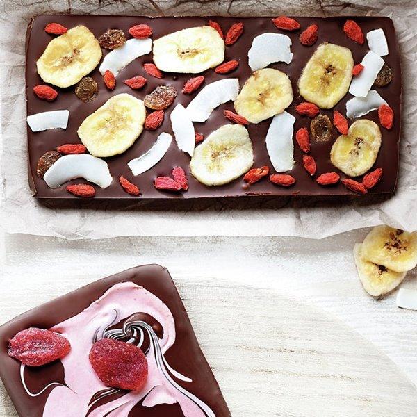 Tableta con plátano, coco, pasas y bayas de goji