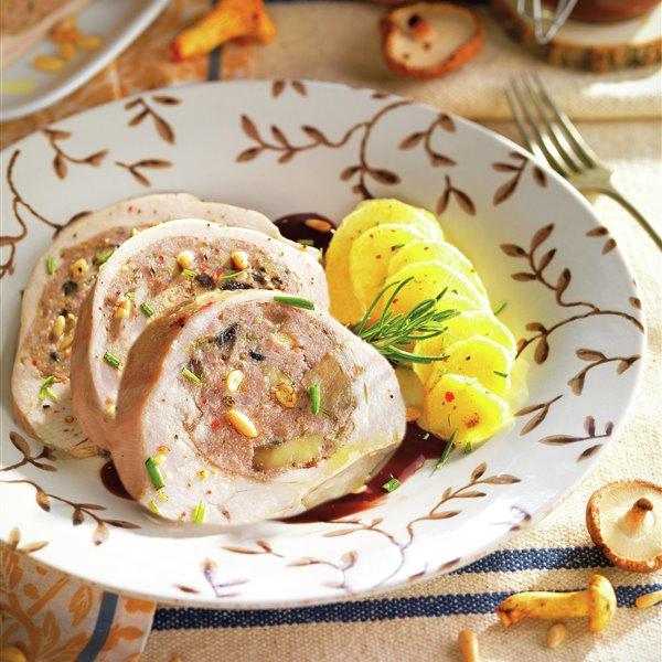Redondo de pavo relleno con salsa de oporto y piñones