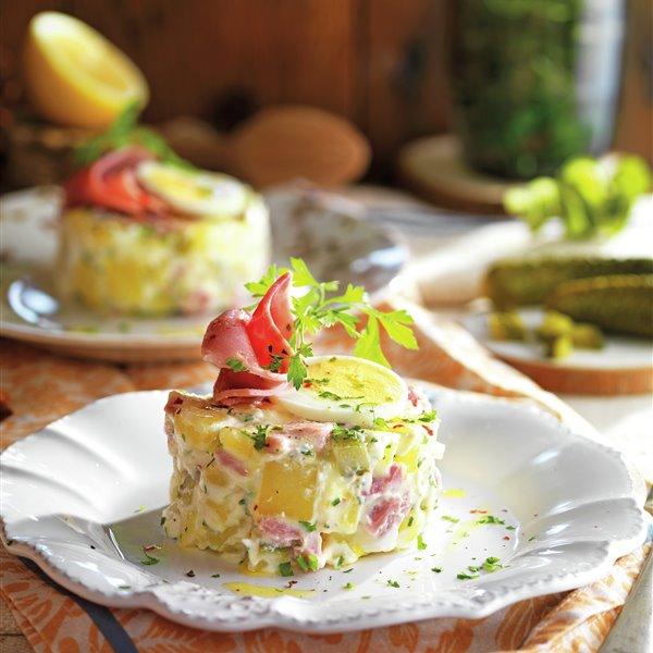 Timbal de ensalada de patata con lacón y huevo duro