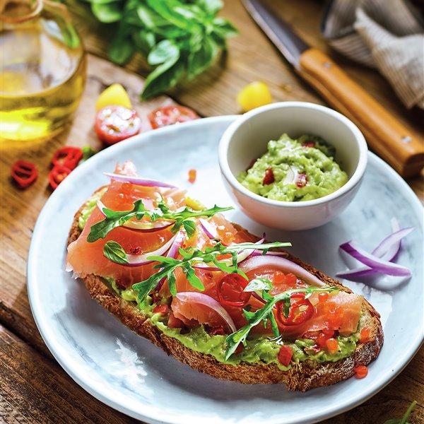Tosta de salmón con guacamole