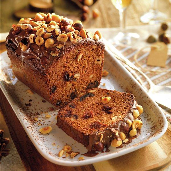 Cake de dátiles, nueces y avellanas con crema de cacao