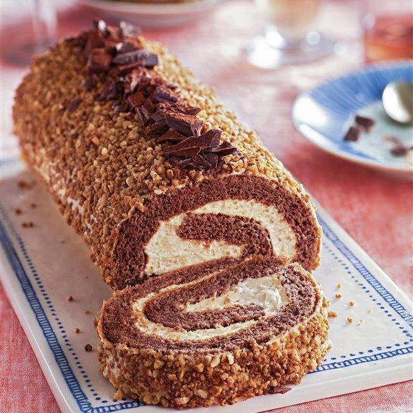 Brazo de gitano de chocolate con crema de turrón y crocanti