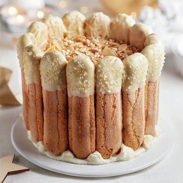 Carlota navideña de mousse de chocolate blanco