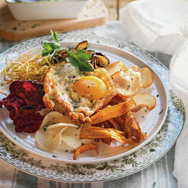 Chips de verduras crujientes con huevo frito