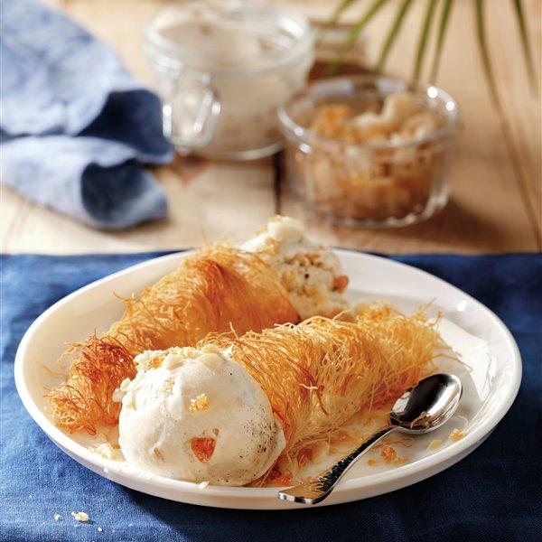 Conos de kataifi con helado de vainilla y macadamias caramelizadas
